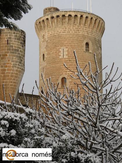 detalle castillo bellver palma de mallorca con nieve